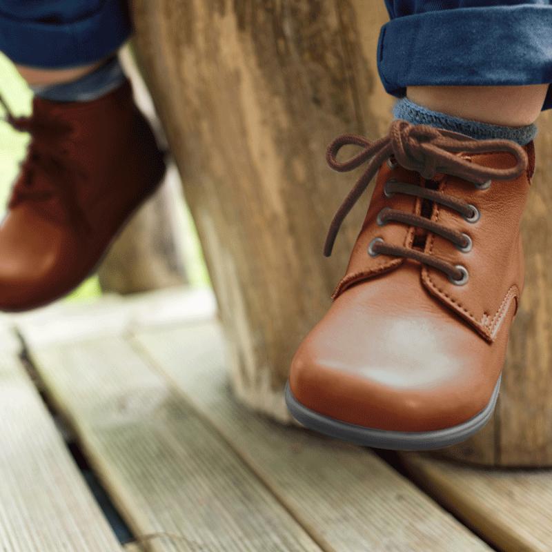 chaussures-premiers-pas-botti-camel-porte