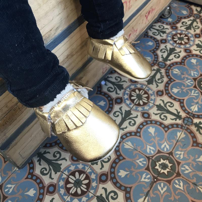 chaussons-bebe-cuir-souple-franges-fourres-doree-profil