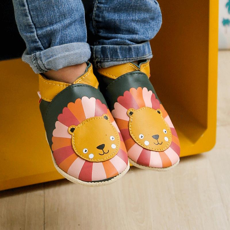 chaussons-bebe-cuir-souple-marion-lion-porte