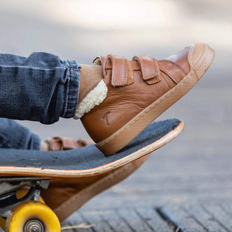 chaussures-premiers-pas-scratchy-camel-porte