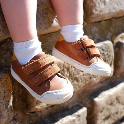 chaussures-premiers-pas-happy-cognac-porte
