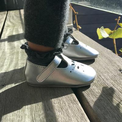 chaussures-bebe-cuir-souple-salome-gris-metallique-portee
