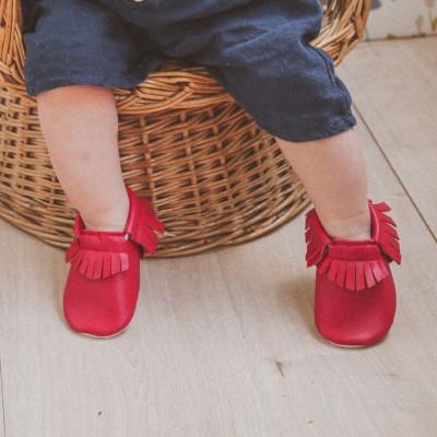 Chaussons-bebe-à-franges-rouge-cerise-profil