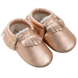 chaussons-bebe-cuir-souple-franges-fourres-rose-metallique-profil