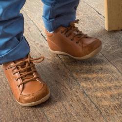 chaussures-premiers-pas-sporti-camel-porte